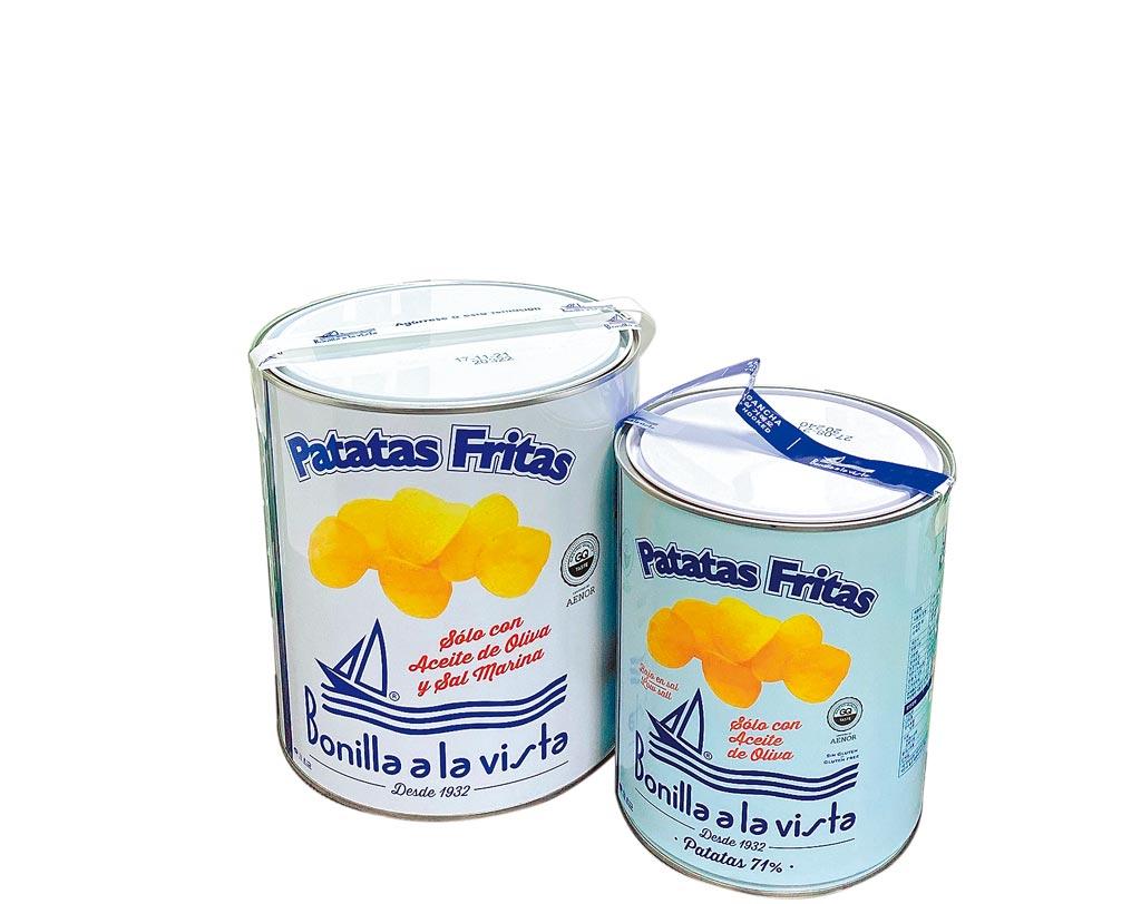 city'super引進《寄生上流》捧紅的西班牙Bonilla a la Vista油漆桶馬鈴薯片,原味大白桶(左起),500g、990元;無鹽小藍桶,275g、790元。(city'super提供)