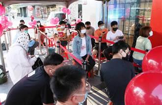 蘋果新機開賣 直營店頭香哥第10支iPhone到手