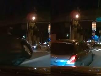 驚悚畫面曝光 轎車佔道直行 「硬騎」左轉鄰車險釀翻覆