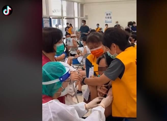 高中男打疫苗崩潰尖叫爆紅,影片1天秒吸百萬人觀看。(圖/翻攝自TikTok)