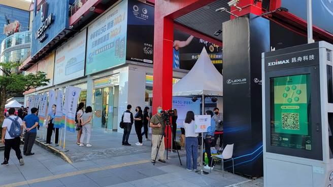 中華電信威秀門市iPhone 13開賣現場。(黃琮淵攝)