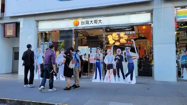 台灣大哥大威秀門市iPhone 13開賣現場。(黃琮淵攝)