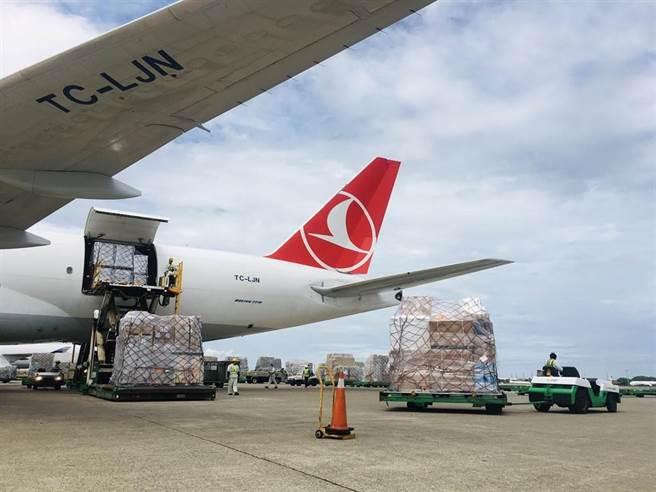 立陶宛贈台2萬劑AZ疫苗於7月31日抵達桃園機場情景,僅為示意圖。(中時資料照,范揚光攝)