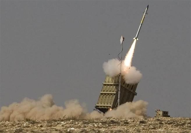 以色列「鐵穹」防禦系統發射飛彈,攔截巴勒斯坦火箭砲的資料照。(美聯社)