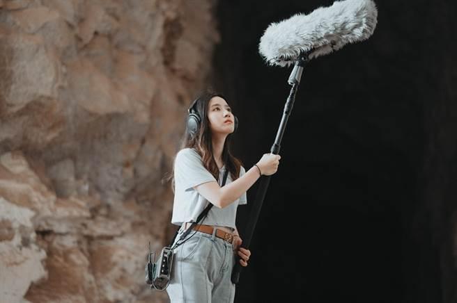 金門女孩陳珮茹在走踏故鄉美景和收錄美聲的路程,帶領鄉親隨著悠揚的組曲遍訪著名景點。(金門縣府觀光處提供)