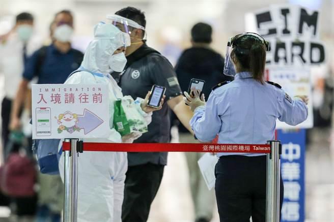 每5人就有1人突破性感染,指揮中心曝7至9月境外移入實況。圖為旅客入境桃機的畫面。(陳麒全攝)