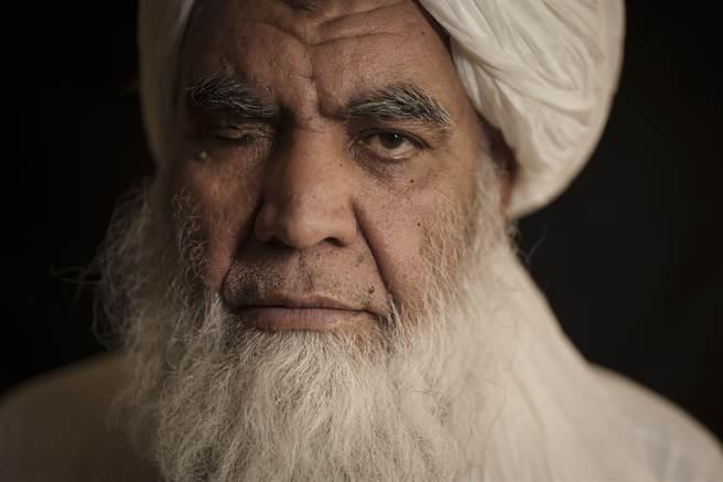 塔利班共同創辦人圖拉比(Mullah Nooruddin Turabi)22日在阿富汗首都喀布爾說,將恢復處決和截肢刑等強硬執法行動。(美聯社)