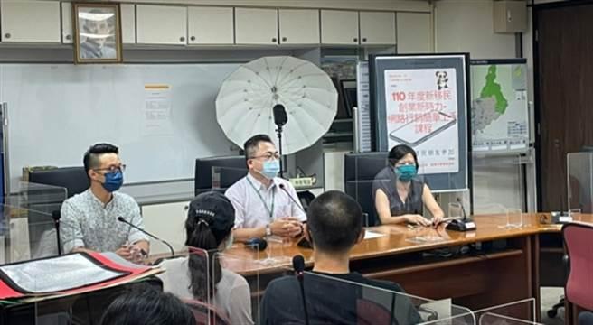 臺北市士林區區長洪進達(中)致詞表示,感謝銘傳大學傳播學院的師生團隊能來和新移民朋友分享。