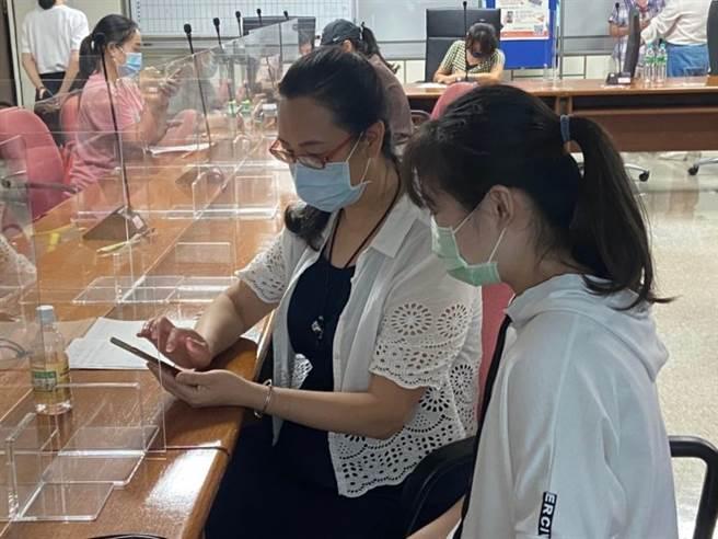 新移民朋友們學習用手機App,在一旁的大學生也都即時提供協助。