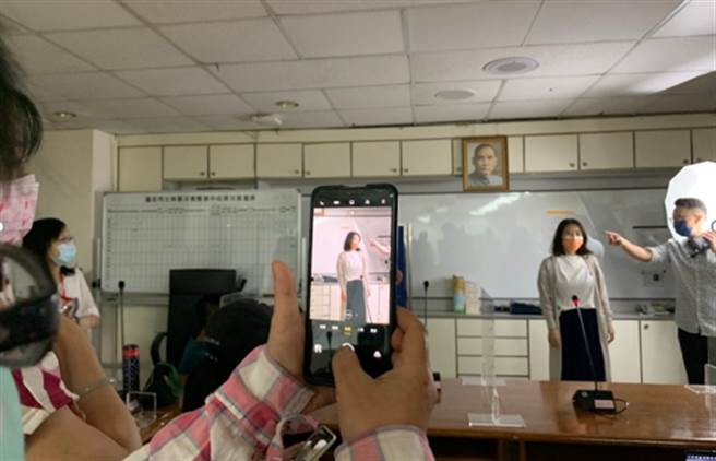 講師蔡禮安(右上)教授學生如何用手機拍照。(銘傳大學提供)