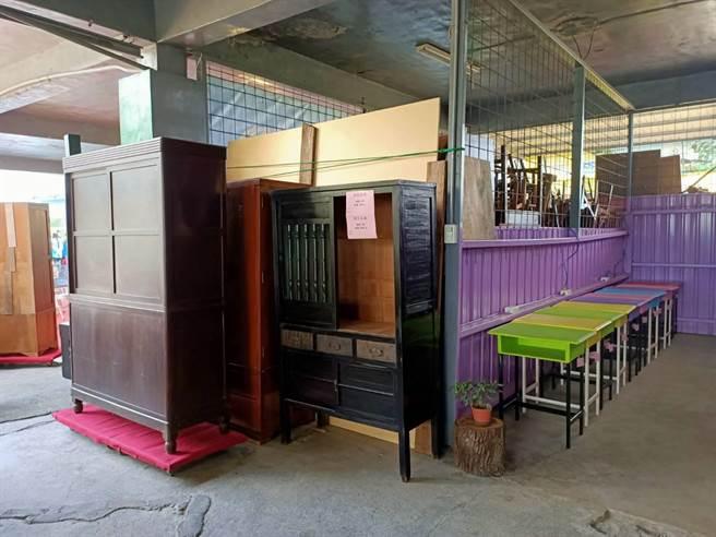 礁溪鄉公所「巨大垃圾再利用修繕廠」內展示著許多完成修繕 ,品質相當好的二手家具。(胡健森攝)