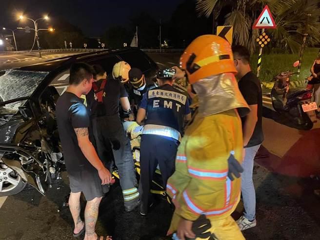 林園分局偵查佐與友聚餐後酒駕返家出嚴重車禍,腦幹出血昏迷指數3。(屏東消防局提供)