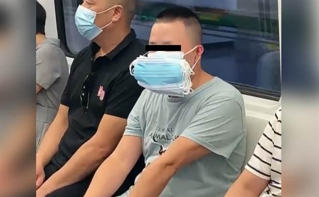 男子幾十片醫療口罩戴在臉上,特殊模樣引來路人側目。(圖/翻攝自影片)