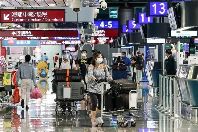 美國宣布11月初開始,外國旅客須完整接種疫苗才能入境。圖為民眾入境桃機的畫面。(資料照,陳麒全攝)