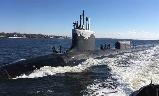 分析認為,美英幫澳洲打造的潛艦可能類似維吉尼亞級核動力攻擊潛艦,圖為維吉尼亞級潛艦「北達科他」號(USS North Dakota,SSN 784)2019年1月31日穿越泰晤士河(Thames River)的畫面。(美國海軍)