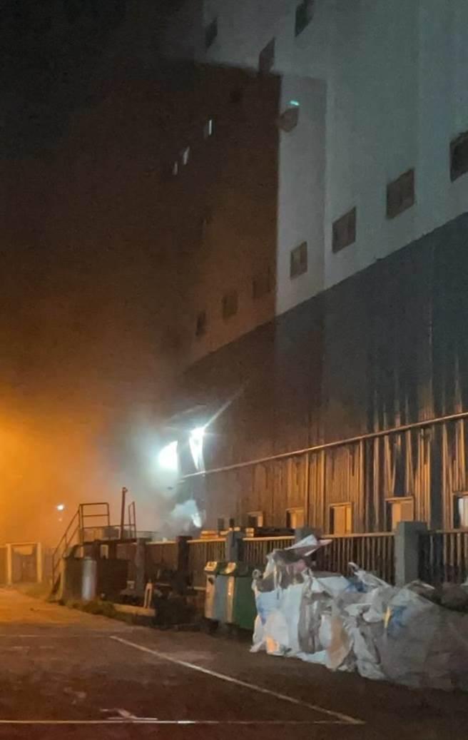 桃園市觀音區永成環科股份有限公司傳出火警,1樓有廢棄物、廢溶劑、汙泥燃燒的狀況,現場目前煙霧瀰漫。(民眾提供)