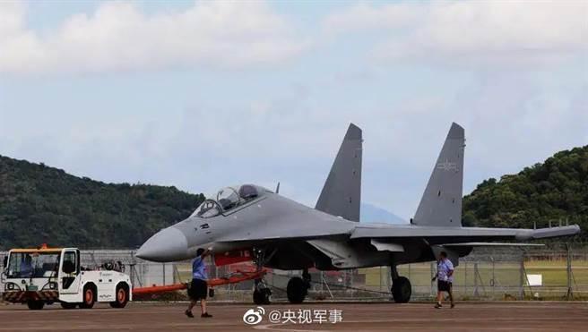 以殲-16戰機為平台、大陸自主研製的新型電子戰機殲-16D,最近也多次參加了侵擾台灣西南空域的巡航編隊,本次則是首次參加珠海航展公開亮相。(圖/央視)
