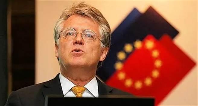 陸媒《環球時報》則發表社評反擊中國歐盟商會的報告稱,要求中國放棄自力更生的觀點太自私,中國面對美國封鎖不能自廢武功。圖為中國歐盟商會主席伍德克。(圖/新浪網)