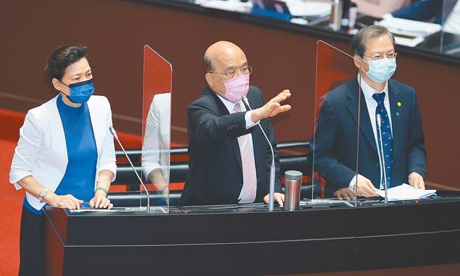 行政院長蘇貞昌(中)23日率領國發會主委龔明鑫(右)、經濟部長王美花(左)等人赴立法院報告紓困振興特別預算,針對我方申請加入「跨太平洋夥伴全面進步協定」(CPTPP),蘇表示加入CPTPP是台灣對外貿易的重要進程。(姚志平攝)
