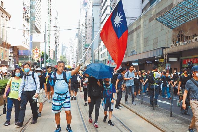 香港官方強調,十月十日雙十節,市民切勿意圖做出把台灣從中國分裂出去的行為。據了解,公開拿中華民國國旗屬禁止之列。圖為先前香港市民還可在大街上舉起中華民國國旗。(本報資料照片)