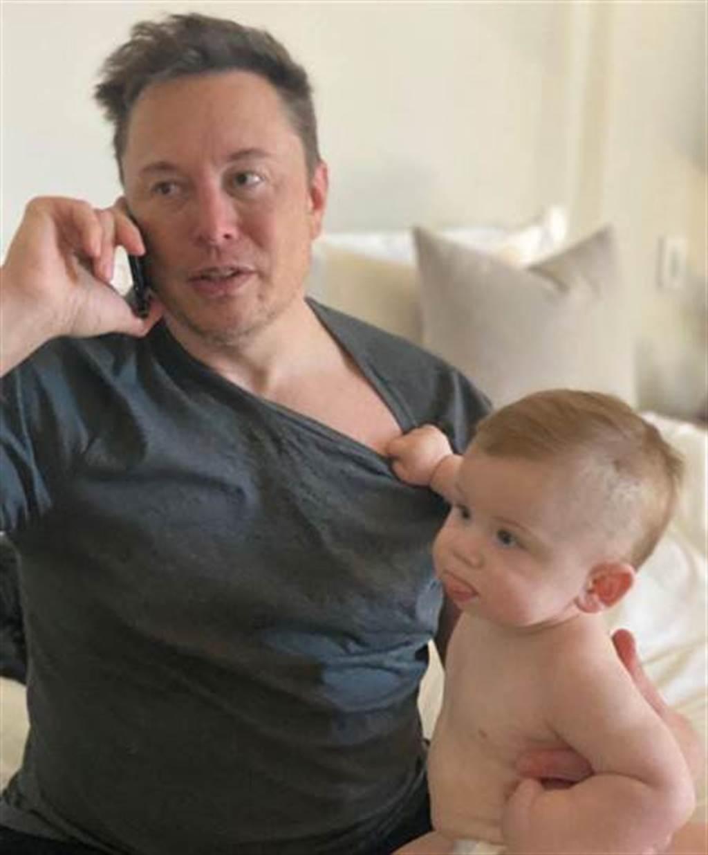 特斯拉執行長馬斯克年初曬出與兒子合照。(翻攝Elon Musk推特)