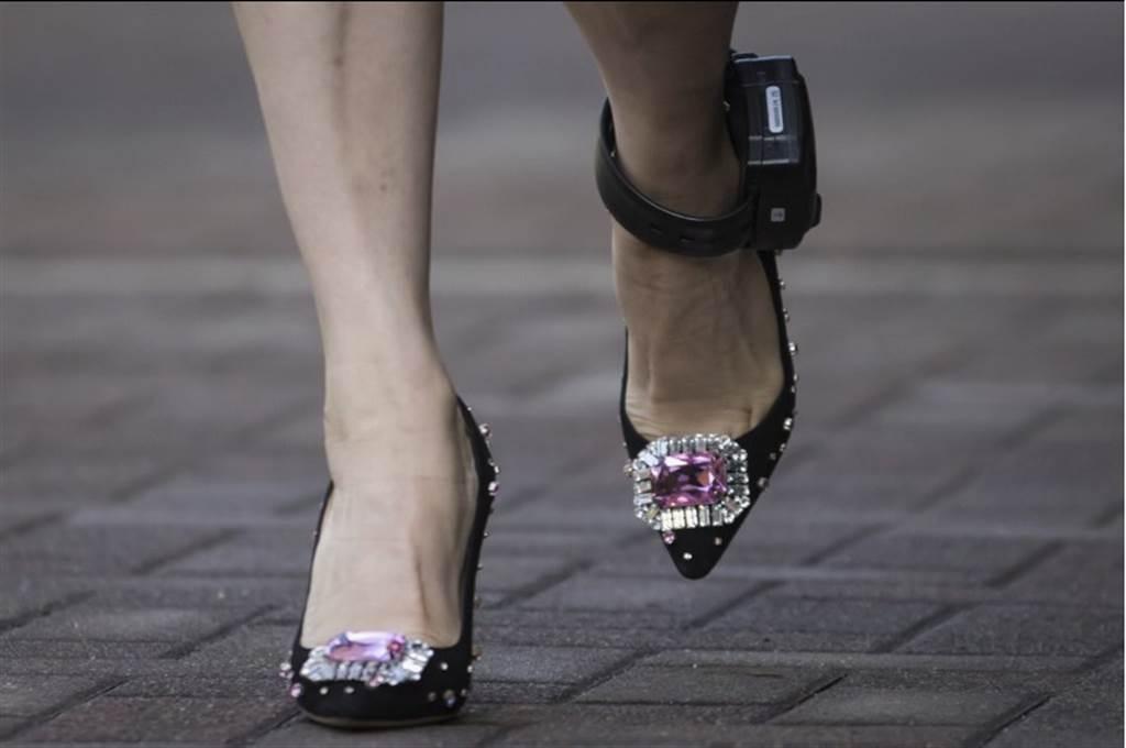 孟晚舟之前出庭腳上配戴電子腳鐐。(美聯社)