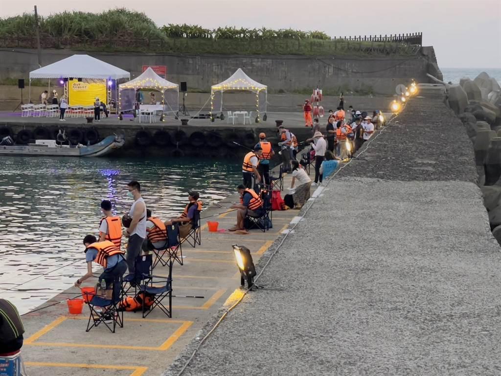 新北市漁業處為活化漁村與朱銘美術館合作,25日在石門區草里漁港舉辦「瘋草里大咬運動會」,同時還有釣魚體驗活動。(新北市漁業處提供/葉書宏新北傳真)