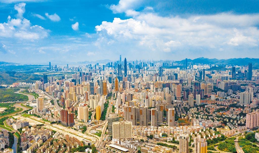 深圳繼2012年生產毛額超越廣州成為大陸經濟總量第三城後,城區人口規模目前也超過廣州,成為大陸第三大、廣東省第一大城。圖為深圳市區空拍景觀。(新華社)