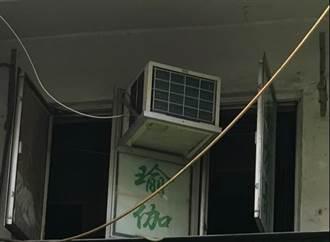 恐怖施工法!冷氣掛窗戶 路人隨時被爆頭
