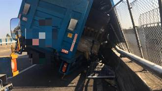 大貨車司機使用手機分心擦撞護欄 國一西螺段車流回堵一上午