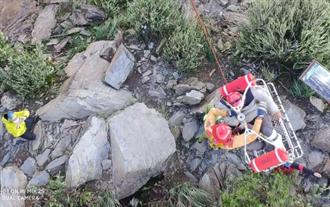 攀登北大武山摔落深谷斷腿 空勤吊掛男登山客救援