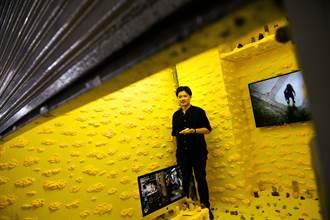 藝術家張碩尹「皂假」 打造台式賽博格場景