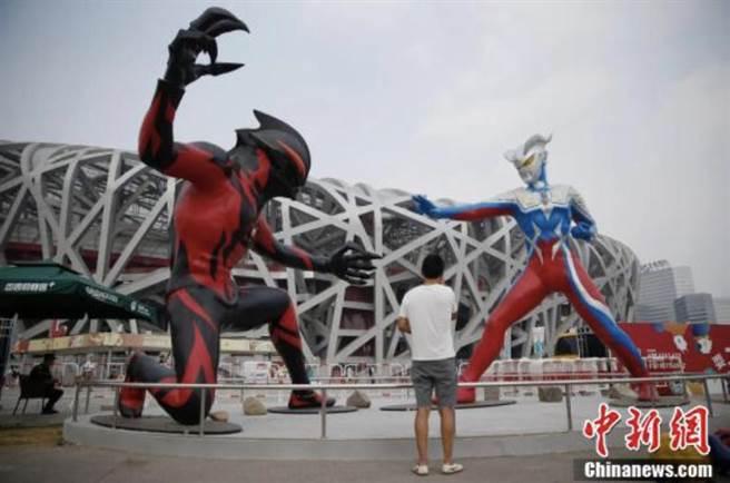 鹹蛋超人風靡大陸,並曾在北京鳥巢展出。取自中新網