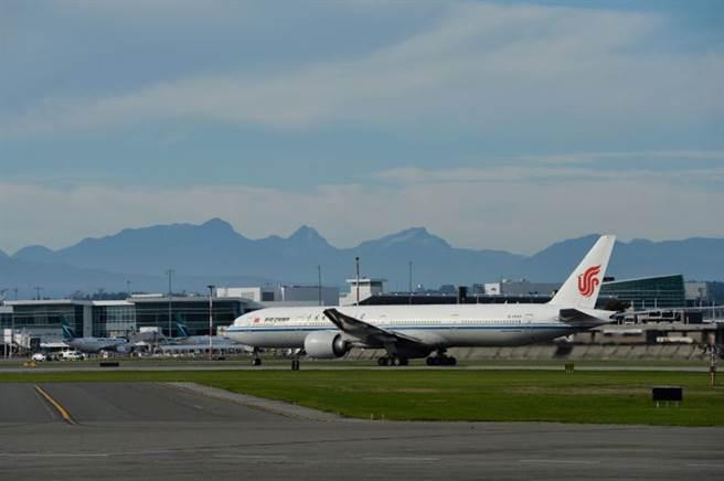 《路透社》指出,據信孟晚舟應該是搭上該飛機由溫哥華機場返回深圳。(圖/路透社)