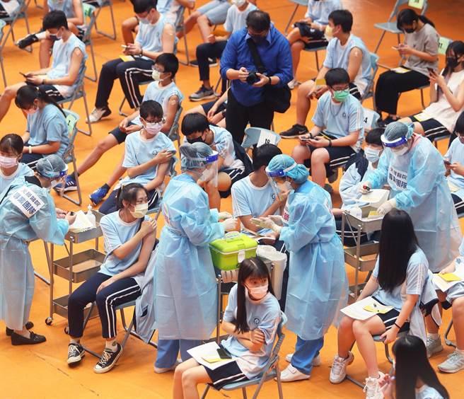 女學生打疫苗暈針,血壓狂降送急診,醫列9大因素直呼,再度見識到暈針的可怕。圖為學生打疫苗的畫面。(陳怡誠攝)