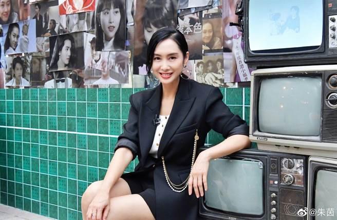50歲朱茵是凍齡美女。(圖/翻攝自朱茵微博)