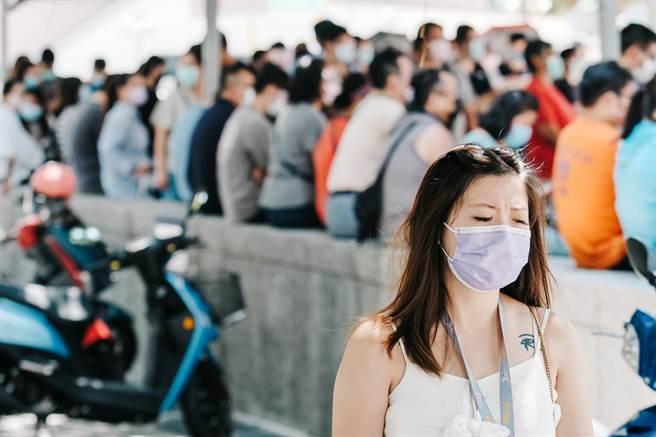疫情指揮中心考慮鬆綁部分管制措施,但短期之內,口罩絕對不會拿下。(郭吉銓攝)
