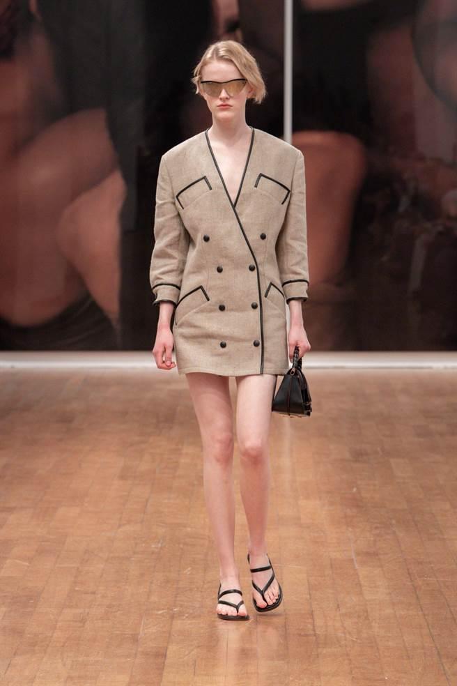 Tod's以皮革在領口、袖口和衣襟滾邊,不僅可以增加耐用度,還可勾勒出線條曲線。(Tod's提供)