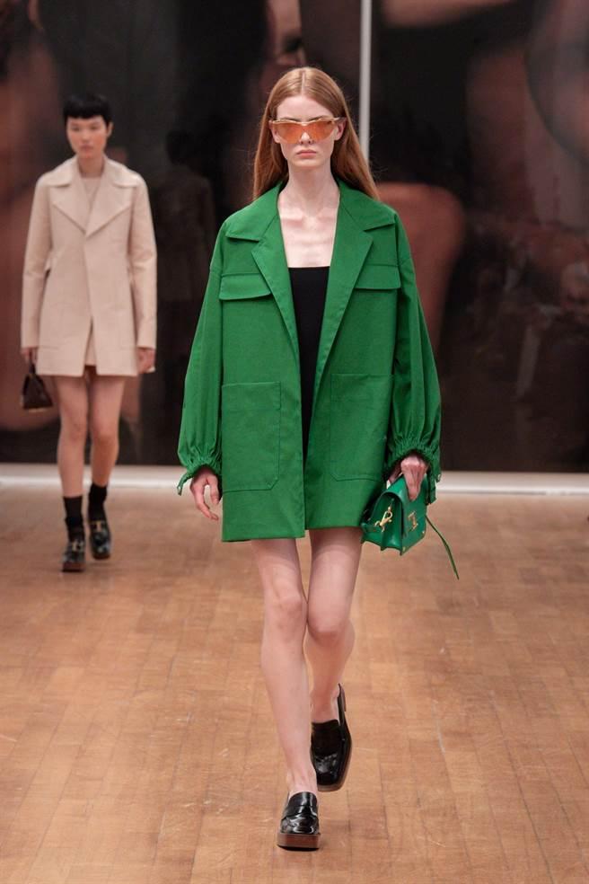 Tod's女裝融入60年代太空裝元素,A字風衣色彩鮮豔,風格優雅。(Tod's提供)