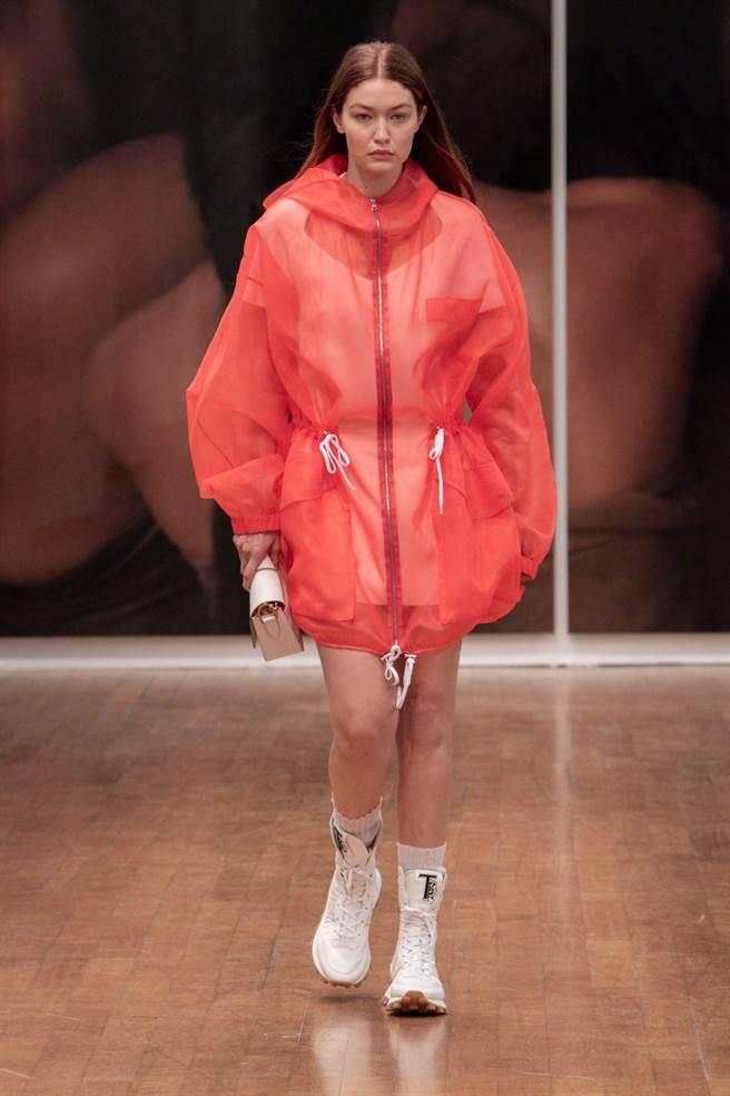 名模Gigi Hadid為大秀壓軸,充滿空氣感的運動外套詮釋優雅運動風。(Tod's提供)