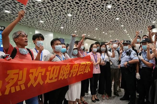 許多大陸民眾自主前往深圳機場迎接孟晚舟回國,自製布條有備而來,誠意到位。(圖/路透)