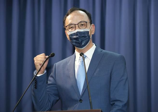 國民黨主席選舉當選人朱立倫(中)25日在黨中央舉行記者會,並與支持者一起高喊加油口號。(圖/姚志平攝)