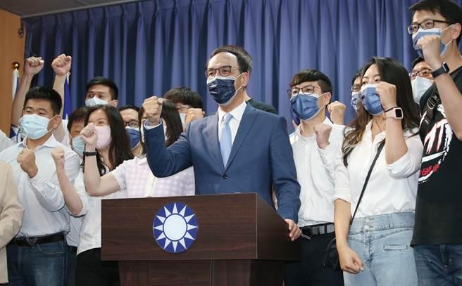 國民黨主席選舉當選人朱立倫(中)25日在黨中央舉行記者會,並支持者一起高喊加油口號。(姚志平攝)