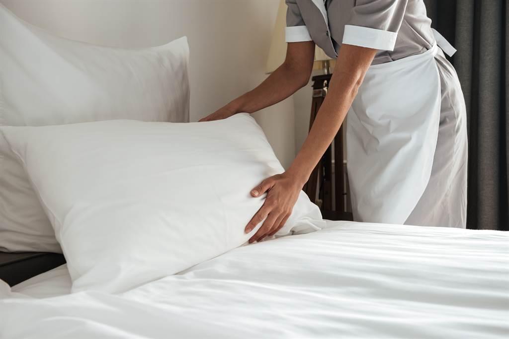 外國一名飯店前員工在TikTok上爆料,指出在飯店絕對不要使用咖啡機、玻璃杯、冰桶和被套。(示意圖/達志影像)