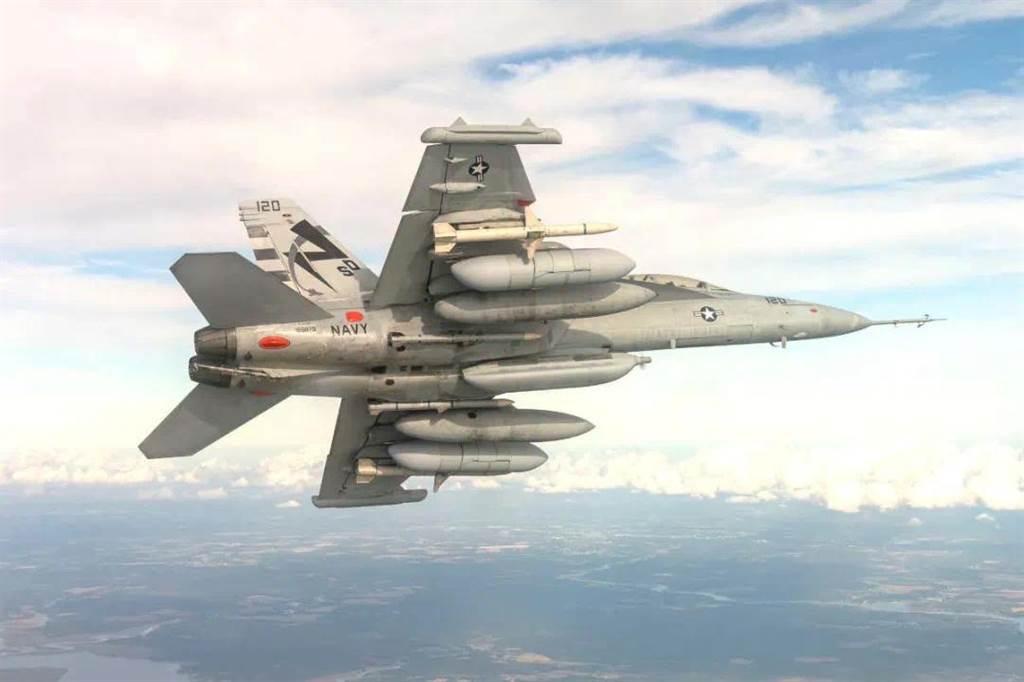 美軍EA-18G咆哮者電子戰機在機翼下掛載著電子戰專用吊艙。(圖/美國空軍)