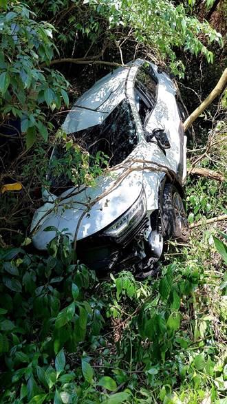北投轎車衝入邊坡墜10公尺深谷 老夫妻自行爬出3人送醫