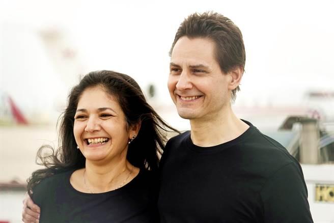 加拿大前外交官康明凱(Michael Kovrig,圖右)25日返抵多倫多與妻子納吉布拉(圖左)團聚。(圖/美聯社)
