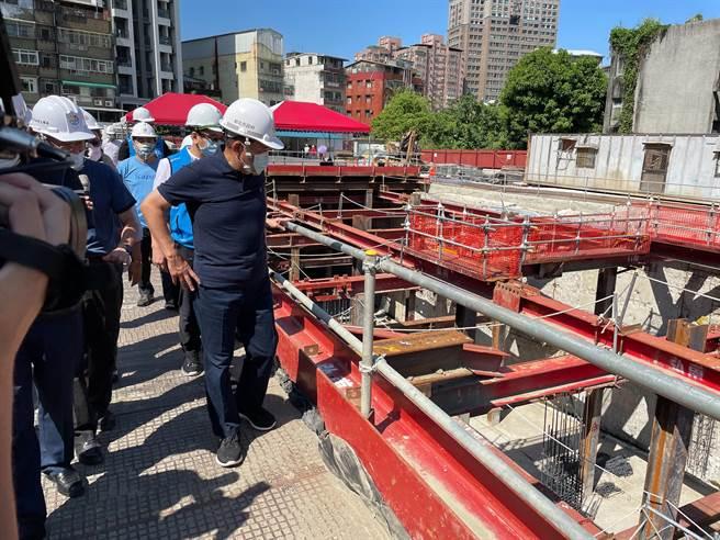 新北市長侯友宜視察中和區佳和公園多目標綜合大樓工程。(葉書宏攝)