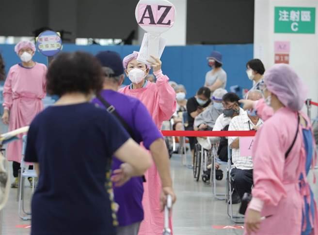 9/29開放AZ第二劑擴大施打至52歲以上。圖為民眾打疫苗的畫面。(資料照 季志翔攝)