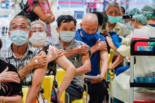 108萬劑莫德納28日開打,將提供70歲以上長者接種第2劑,中央流行疫情指揮中心指揮官陳時中提醒,有一種情況者建議暫緩施打。(圖/黃子明攝)